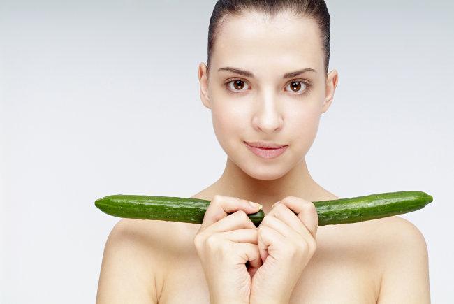 拿着两根黄瓜的西方美女摄影图下载