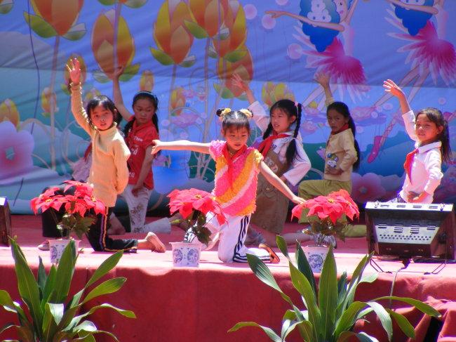 小孩可爱舞蹈造型