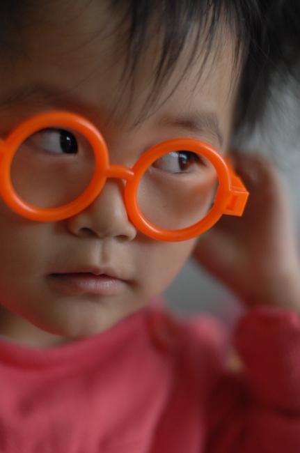 戴眼镜可爱小孩; 可爱小天使图片下载;