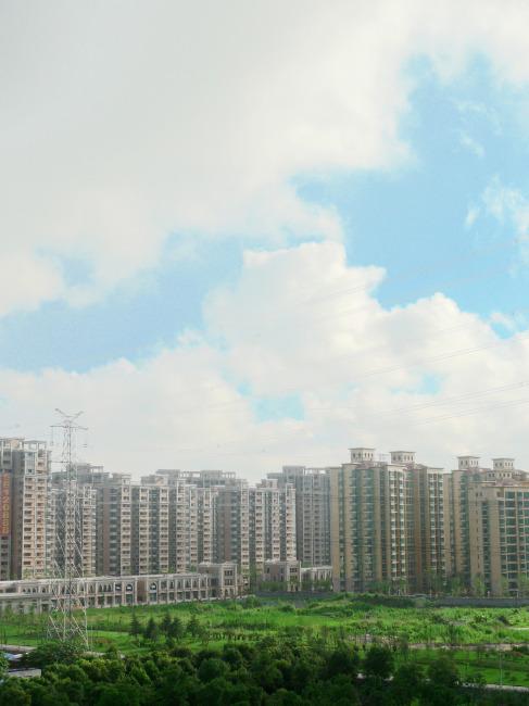 白云蓝天绿树绿化远眺城市美好风光摄影素材