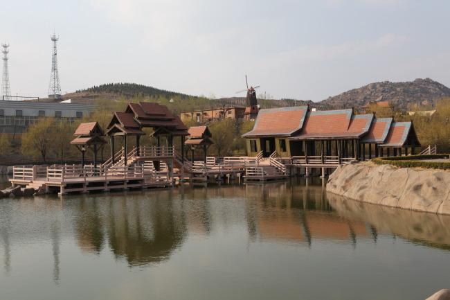 554 兆  建筑 房子 木房子 水 池边 池塘 山 塔 环境 摄影图片
