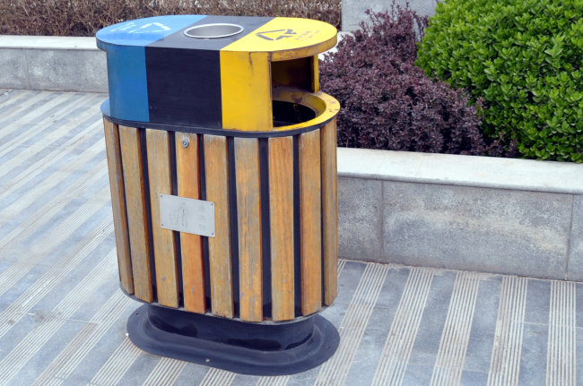 兰州滨河路边的垃圾桶