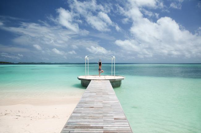 图片名称:马尔代夫海滩边做瑜伽的