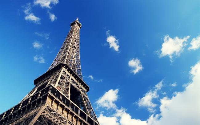 艾菲尔铁塔 蓝天白云 仰视图