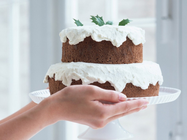 手托着生日蛋糕